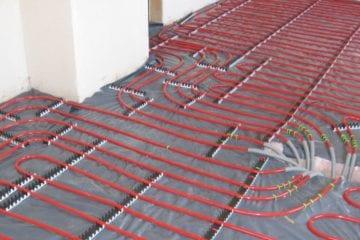 Rohre für die Fußbodenheizung werden verlegt